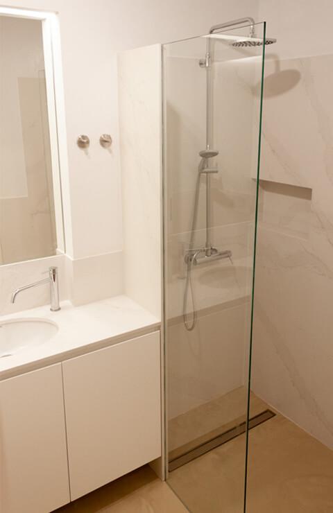 Lavatório e cabine de duche - Depois - Apartamento Campo de Ourique - Lisboa